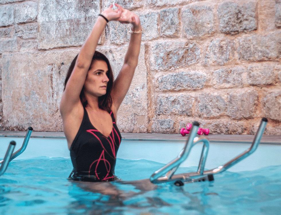 Image d'une personne lors d'un cours d'aquabike