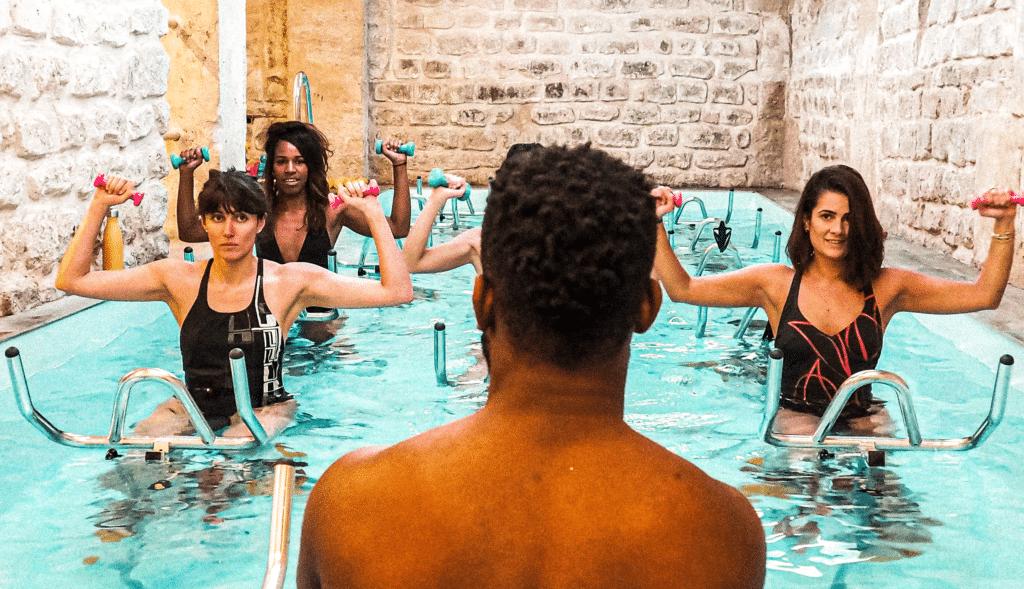 Image de personnes effectuant des exercices d'aquabike