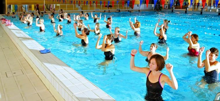 Les meilleurs exercices d'aquagym pour se muscler les bras